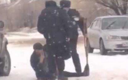 Rusiyada polis əlil şəxsi döyüb – VİDEO