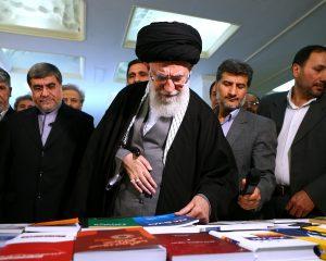 İnqilab Rəhbəri Tehran beynəlxalq kitab sərgisində olublar