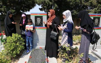 AİP Qadınlar Şurasının üzvləri Milli Qəhrəman Mübariz İbrahimovun məzarını ziyarət edib – Videoreportaj