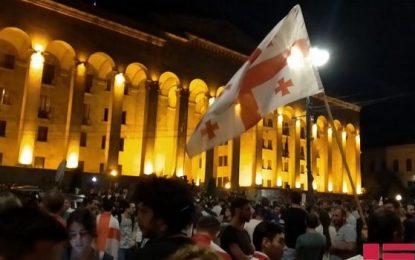 Tbilisidə parlament binası qarşısında mitinq bərpa edilib.