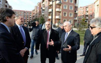 رییس آمریکایی گروه مینسک با حضور در محل سکونت آوارگان قره باغ با آنها دیدار کرد