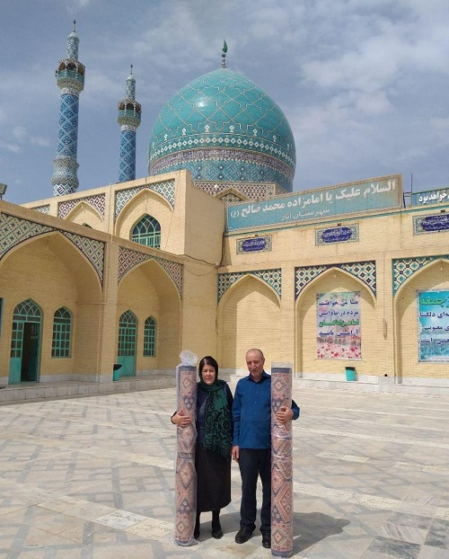 اهدا دو تخته فرش به امازاده محمد صالح(ع) انار از سوی یک زوج اهل جمهوری آذربایجان