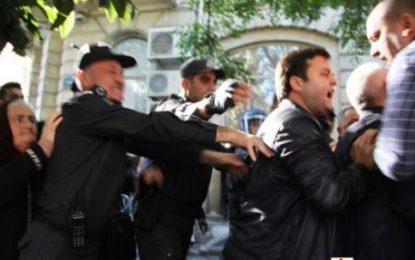 دستگیری عده ای از تظاهرکنندگان اعضای شورای ملی جمهوری آذربایجان از سوی پلیس/ تصاویر