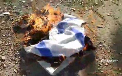 آتش زدن پرچم رژیم صهیونیستی و آمریکا از سوی جوانان دیندار جمهوری آذربایجان / فیلم