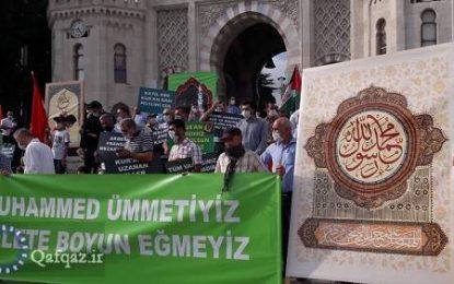 تجمع اعتراضی در استانبول در پی اهانت نشریه فرانسوی به پیامبر اسلام(ص)/تصاویر