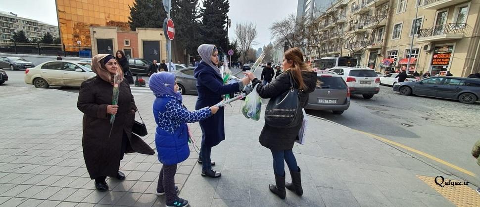 توزیع گل در باکو به مناسبت ولادت حضرت فاطمه زهرا (س) / تصاویر