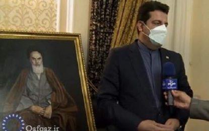 نقاش آذربایجانی تابلوی امام خمینی (ره) را به سفارت ایران اهدا کرد/ فیلم